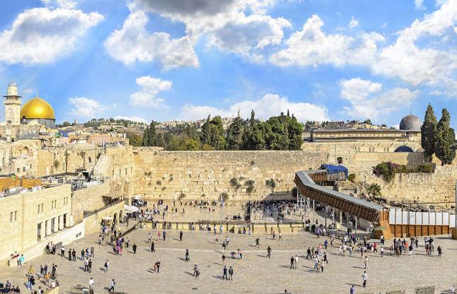 """Slide 9 de 26: Israel é cercada por zonas de conflito, incluindo a Síria, a Cisjordânia e a Faixa de Gaza. Segundo o governo canadense, suas áreas de fronteira com o Egito e o Líbano também oferecem riscos. O Canadá aconselha que os turistas """"tenham muito cuidado"""" até mesmo em Jerusalém, onde os confrontos entre a polícia e manifestantes criam situações imprevisíveis de insegurança. No entanto, os riscos não parecem afastar os turistas—3,6 milhões de pessoas visitaram o país em 2017. Segundo o Lonely Planet, o Mar Morto e os muitos locais sagrados do país, incluindo o Monte do Templo (foto) são parte do apelo."""