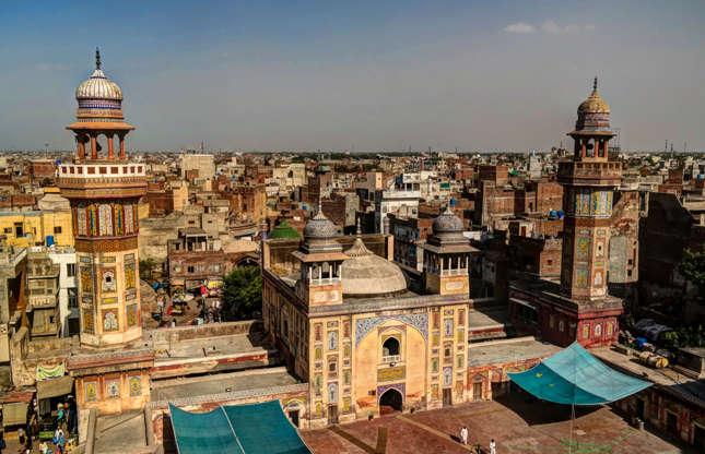 """Slide 14 de 26: O Lonely Planet descreve o Paquistão como """"país abençoado com história e natureza abundantes, mas abalado por instabilidades políticas que mantiveram a nação fora do radar dos turistas menos aventureiros"""". O governo canadense pede que não se viaje às cidades de Islamabad, Peshawar e Quetta, além de qualquer ponto a menos de 10 km da fronteira internacional, alertando ao perigo de """"ataques terroristas, sequestro e violência sectária"""". Aqueles que mesmo assim se arriscam a viajar são premiados com vistas deslumbrantes do Himalaya e um """"ambiente de tensão que convive com muita gentileza e hospitalidade"""", de acordo com o Lonely Planet."""