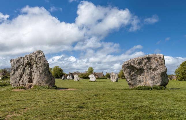 """Slide 12 de 23: Os círculos de pedra de Avebury, cerca de 30 km a norte de Stonehenge, em Wiltshire (Inglaterra), são os maiores círculos pré-históricos do mundo. De acordo com a UNESCO, essa formação gigantesca demonstra """"as impressionantes habilidades de engenharia usadas para criar obras-primas da arquitetura de barro e megalítica."""""""