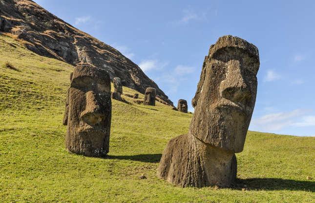 Slide 17 de 23: Um dos monumentos mais misteriosos de todos os tempos se encontra nessa ilha remota do Pacífico, pertencente ao Chile. Entre os séculos X e XVI, os habitantes da Ilha da Páscoa construíram plataformas cerimoniais e as figuras gigantescas de pedra conhecidas como moai (bustos). De acordo com a UNESCO, há aproximadamente 900 moai na ilha. Existem várias perguntas sem resposta sobre o seu significado, e sobre como eles foram construídos e transportados.