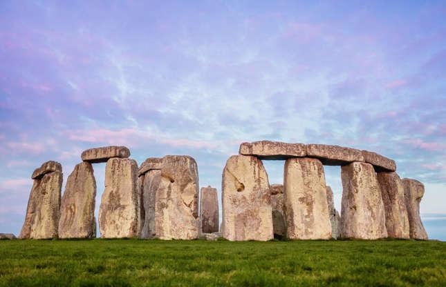Slide 11 de 23: As pedras de Stonehenge, na Inglaterra, são algumas das relíquias pré-históricas mais reconhecidas do mundo. Estima-se que o sítio tenha sido usado entre 3.700 e 1.600 a.C. Patrimônio da Humanidade da UNESCO desde 1986, esse sofisticado círculo de pedras é objeto de fascínio mundial. Embora o significado do sítio não seja totalmente compreendido, o monumento é evidência de cerimonias e práticas mortuárias do Neolíticos e da Era do Bronze.