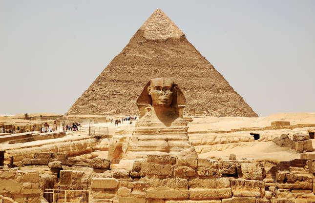 Slide 3 de 23: As pirâmides de Gizé, no Cairo, são um complexo sepulcral de 4,5 mil anos. A maior das três, Khufu, é uma das sete maravilhas do mundo antigo. Como ela foi construída, continua sendo um mistério para os egiptologistas, que se impressionam com a precisão dos construtores, apesar das ferramentas rudimentares da época. Milhões de blocos de pedra de diferentes tamanhos, cada um pesando várias toneladas, tinham de ser transportados por muitos quilômetros antes de serem colocados em uma estrutura com mais de 140 m de altura – e isso tudo em tempo recorde.