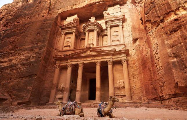 Slide 7 de 23: Construída por volta do século 8 a.C., a cidade de Petra, na Jordânia, foi esquecida por volta do século XVIII. Redescoberta em 1812, a cidade foi designada Patrimônio da Humanidade pela UNESCO. Outrora um importante centro de comércio, Petra é hoje um sítio arqueológico encantador que levanta uma série de questões. Como a cidade inteira foi literalmente escavada na pedra? Como ela conseguia água o suficiente, já que estava localizada em uma das regiões mais áridas do mundo?