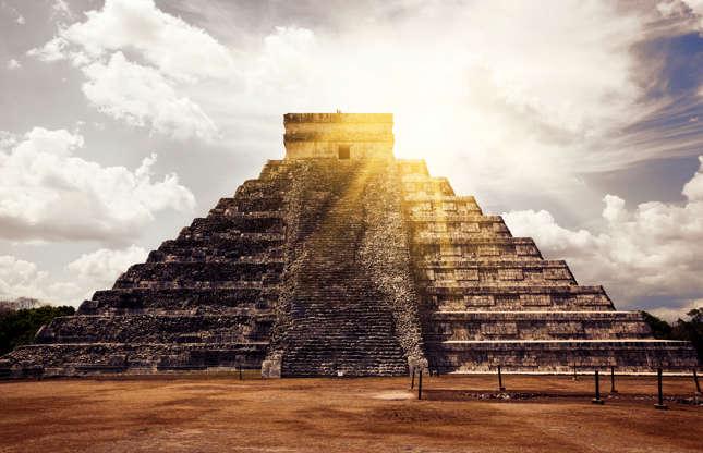 Slide 2 de 23: Nós sabemos que os egípcios antigos construíam pirâmides, mas como essas estruturas acabaram sendo erguidas também no Japão e no México? Será que o segredo dessas maravilhas arquitetônicas já foi conhecido em todo o mundo? E considerando que seus construtores tinham recursos limitados, como eles conseguiram erguer esses monumentos imponentes Assim, quando discutimos pirâmides, teorias surgem, às vezes se opondo a fatos científicos. Seriam elas resultado de fenômenos paranormais, ou atividades alienígenas?