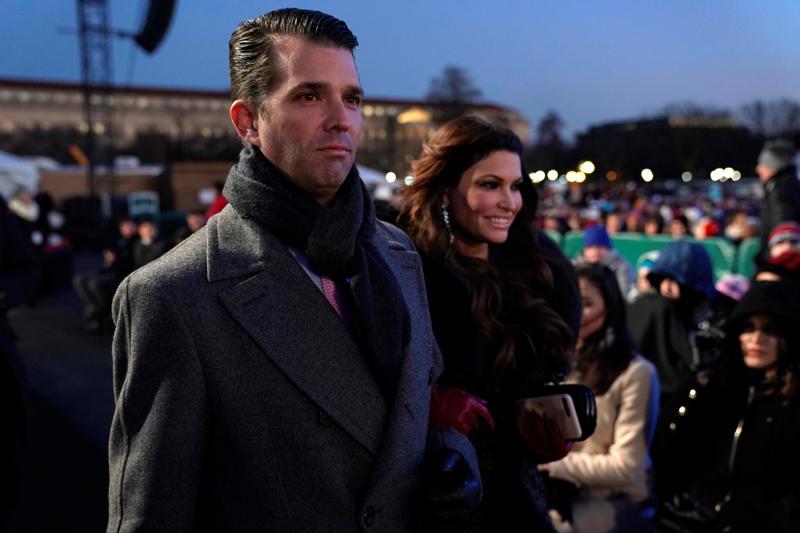 小唐纳德特朗普和他的女友金佰利Guilfoyle于2018年11月28日在美国华盛顿白宫附近举行的第96届全国圣诞树点灯仪式上来看望他的父亲美国总统唐纳德特朗普。路透社/乔纳森恩斯特