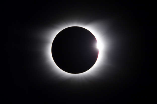 Slide 6 de 62: Solar Eclipse - diamond ring
