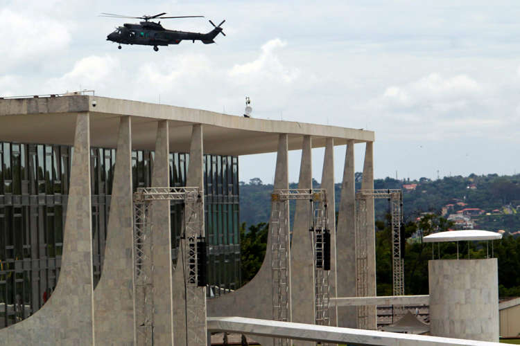 Slide 29 de 31: An army helicopter flies over Planalto Presidential palace, during security preparations for Tuesday's inauguration ceremony of Brazil's President-elect Jair Bolsonaro, in Brasília, Brazil, Monday, Dec. 31, 2018. The Secretary of Public Security in Brasilia said that they are expecting as many as 500,000 people to attend the ceremony. (AP Photo/Raimundo Pacco)