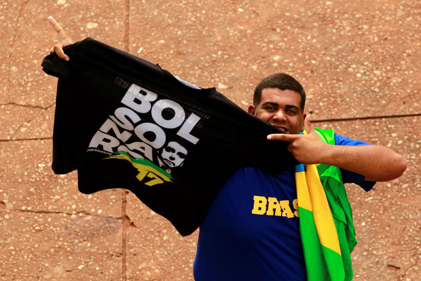 Slide 30 de 31: A supporter shows a T-shirt with the name of the Brazil's President-elect Jair Bolsonaro, prior to Bolsonaro's Tuesday's inauguration ceremony, in Brasília, Brazil, Monday, Dec. 31, 2018. The Secretary of Public Security in Brasilia said that they are expecting as many as 500,000 people to attend the ceremony. (AP Photo/Raimundo Pacco)