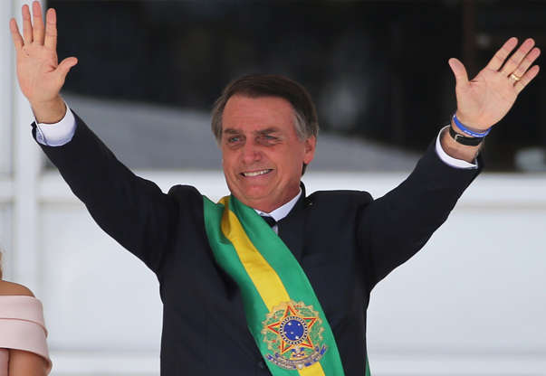 Slide 1 de 31: Brazil's new President Jair Bolsonaro gestures after receiving the presidential sash from outgoing President Michel Temer at the Planalto Palace, in Brasilia, Brazil January 1, 2019. REUTERS/Sergio Moraes