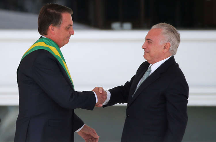 Slide 4 de 31: Brazil's new President Jair Bolsonaro and outgoing President Michel Temer shake hands at the Planalto Palace, in Brasilia, Brazil January 1, 2019. REUTERS/Sergio Moraes