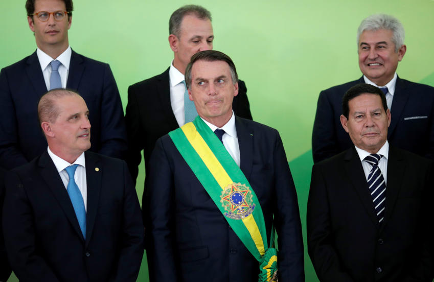 Slide 3 de 31: Brazil's new President Jair Bolsonaro reacts as he poses for an official photograph with the members of this cabinet at the Planalto Palace, in Brasilia, Brazil January 1, 2019. REUTERS/Ueslei Marcelino