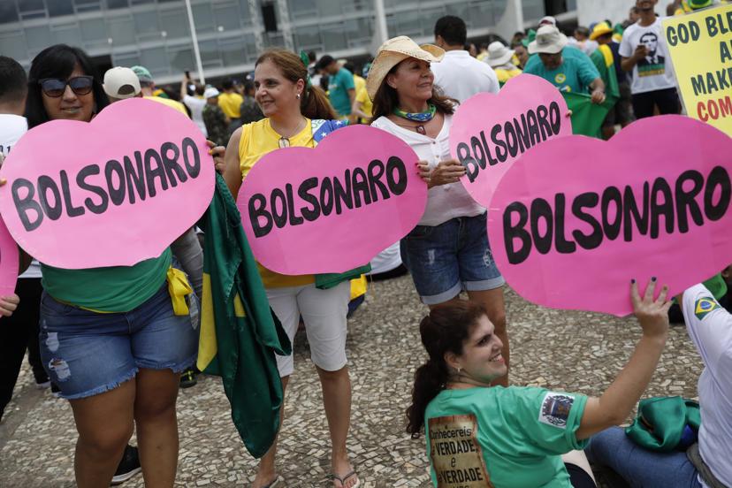 Slide 28 de 31: Locals show their support for Brazil's President Elect Jair Bolsonaro prior to his inauguration, in Brasilia, Brazil, Tuesday Jan. 1, 2019. (AP Photo/Silvia Izquierdo)