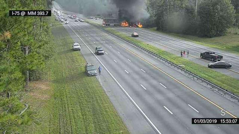 这张照片取自佛罗里达511交通摄像头,由阿拉楚阿县消防救援队提供,显示沿着759号州际公路发生的一场火灾,于2019年1月3日星期四,位于佛罗里达州盖恩斯维尔附近Alachua以南约一英里处。公路官员称六人事故发生后,人们已经死亡,柴油燃料泄漏事件引发佛罗里达州州际公路大火。 (Alachua县消防救援/佛罗里达511通过AP)