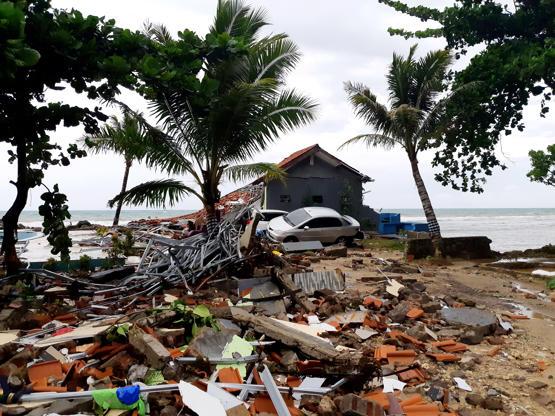 Slide 1 de 18: A car is seen among ruins after a tsunami hit Carita beach in Pandeglang, Banten province, Indonesia, December 23, 2018.