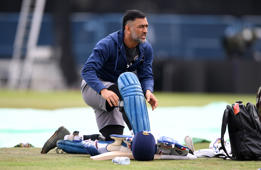 Dhoni feels his way back to batting rhythm