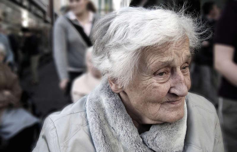 La maladie d'Alzheimer est une maladie dégénérative entraînant la mort des neurones, les cellules du cerveau, selon l'Association québécoise des neuropsychologues. Elle a été décrite pour la première fois en1906 par le médecin allemand Alois Alzheimer. Cette maladie, qui touche surtout les personnes âgées, ne cesse de gagner du terrain au Canada. Plus de 700000Canadiens sont atteints de cette maladie, d'après les chiffres de la Société Alzheimer Canada. D'ici2031, ce nombre est appelé à doubler alors que 1,4million de personnes au Canada vivront avec l'Alzheimer. Bien qu'il n'existe encore aucun remède pour guérir cette forme de démence, il est important de porter attention à certains signes avant-coureurs. Plusieurs traitements ont en effet été mis au point pour atténuer les divers symptômes et ces derniers ont plus de chance de fonctionner si la maladie est diagnostiquée tôt. Si votre état de santé vous inquiète, n'hésitez pas à prendre rendez-vous avec votre médecin.