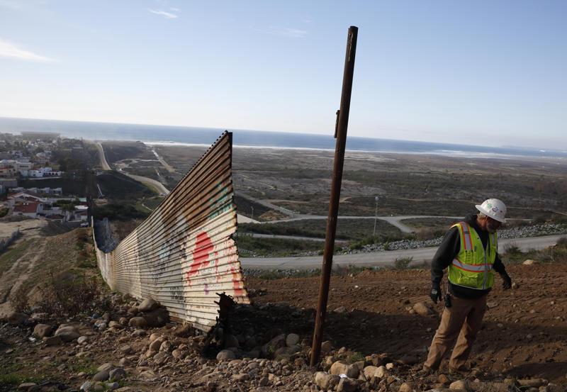 """斯图尔特·威廉姆斯(Stewart Williams)在墨西哥蒂华纳(Tijuana)看到,与2019年1月9日星期三的新边界墙一起拆除边界。 我们。 唐纳德特朗普总统星期三走出与国会领导人的谈判会议 - """"我说再见,""""他发推文说 - 因为结束19天部分政府关闭的努力陷入了更深层次的混乱,因为他需要花费数十亿美元建立一个在美国 - 墨西哥边境的墙壁。 (美联社照片/格雷戈里·布尔)"""