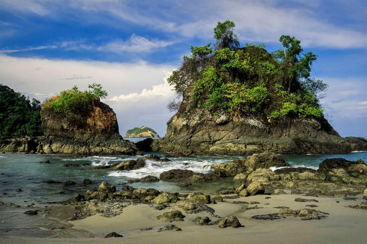 幻灯片 12 - 6: Islands covered with trees on the beach of Manuel Antonio National Park in Costa Rica.