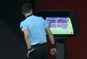 MADRID, SPAIN - FEBRUARY 20: After using the Video Assistance (VAR), referee Felix Zwayer of Germany cancels the goal for Atletico Madrid during the UEFA Champions League Round of 16 First Leg match between Club Atletico Madrid and Juventus Turin at Wanda Metropolitano stadium on February 20, 2019 in Madrid, Spain. (Photo by Jean Catuffe/Getty Images)