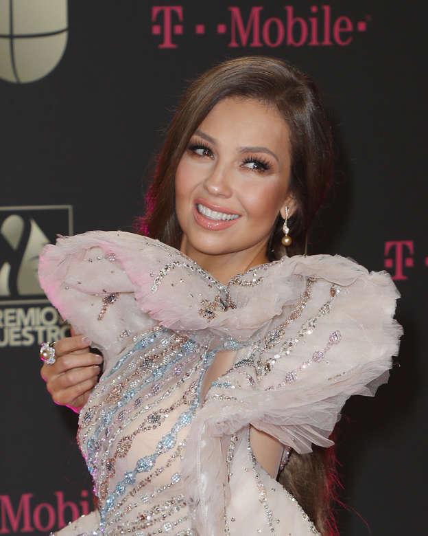 9bd1d9c570 El impactante vestido de Thalía en Premio lo Nuestro