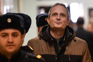 Dennis Christensen, a Danish Jehovah's Witness accused of extremism, is escorted into a courtroom to hear his verdict in the town of Oryol on February 6, 2019. (Photo by Mladen ANTONOV / AFP)        (Photo credit should read MLADEN ANTONOV/AFP/Getty Images)