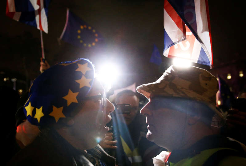 Anti-Brexit and pro-Brexit protesters argue outside the Houses of Parliament, ahead of a vote on Prime Minister Theresa May's Brexit deal, in London, Britain, January 15, 2019. REUTERS/Henry Nicholls
