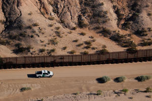 A U.S. border patrol truck drives along thew border fence between Mexico and Sunland Park, New Mexico, U.S. June 18, 2018.        REUTERS/Mike Blake