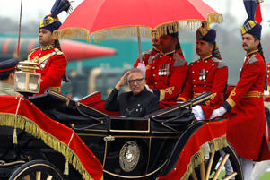 Pakistani President Arif Alvi gestures as he arrives in a horse-drawn carriage to attend the Pakistan Day military parade in Islamabad, Pakistan March 23, 2019. REUTERS/Akhtar Soomro