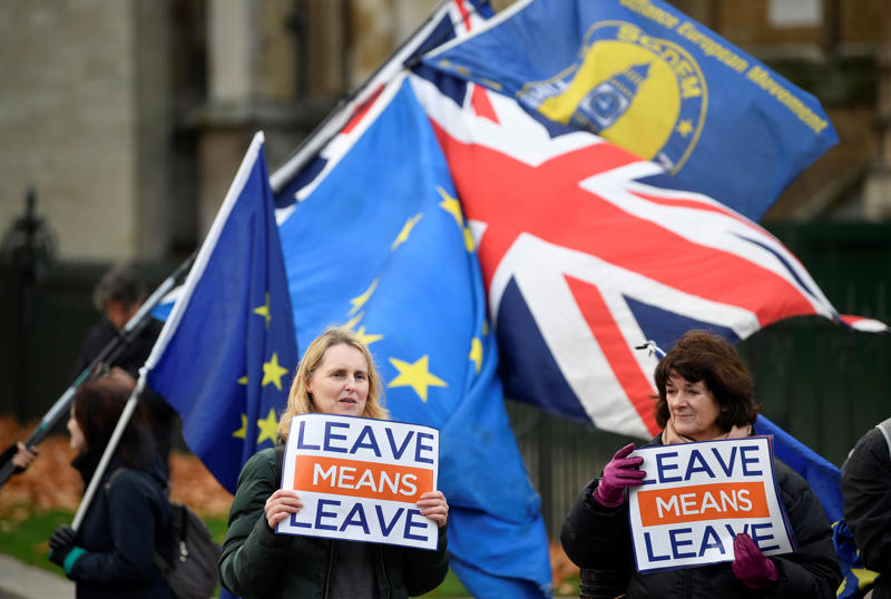 Pro-Brexit and anti-Brexit protesters hold posters and flags in Whitehall, in central London, Britain December 6, 2018.  REUTERS/ Toby Melville