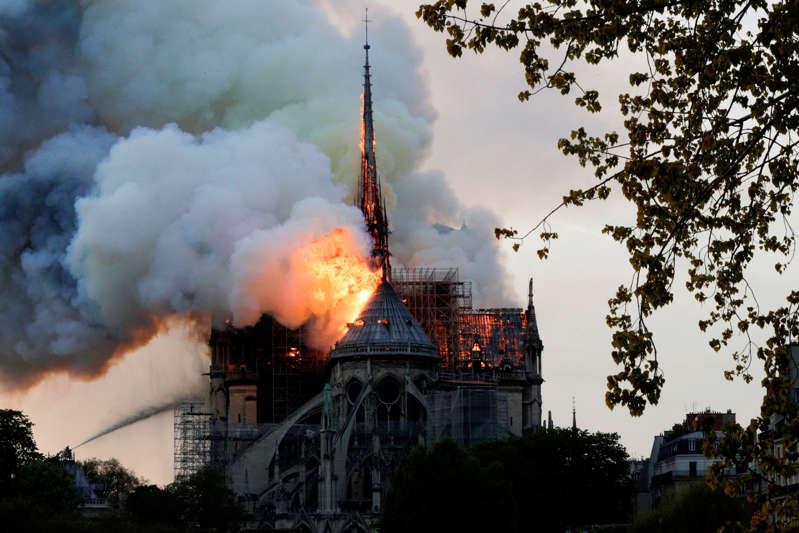 Incêndio atinge a catedral de Notre Dame, em Paris