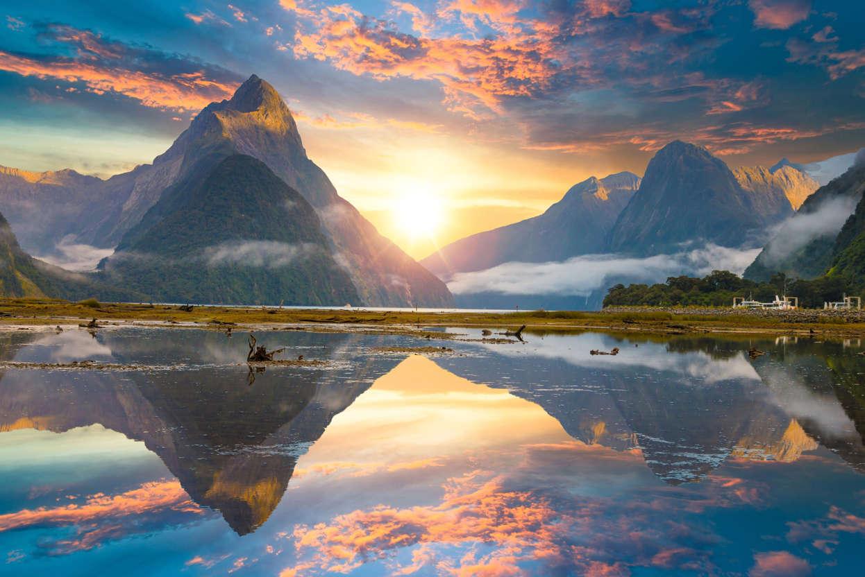 幻灯片 12 - 1: Famous Mitre Peak rising from the Milford Sound fiord. Fiordland national park, New Zealand