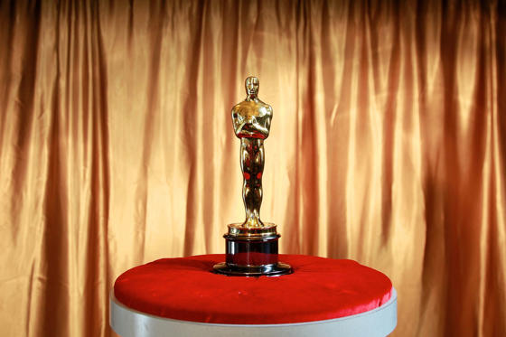 Slide 1 de 50: The Oscar statuette stands 0.34 metre (13.5 inches) tall and weighs in at 3.5 Kgs (8.5 pounds).