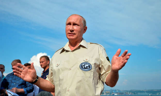 สไลด์ 1 จาก 15: Russian President Vladimir Putin speaks to the media in Sevastopol, Crimea, after plunging below the waves aboard a submersible craft into the Black Sea, in Sevastopol, Crimea, Tuesday, Aug. 18, 2015. Putin traveled aboard the small submersible craft down to the seabed of the Black Sea to view an ancient Byzantine trading ship recently discovered off the coast of Crimea.