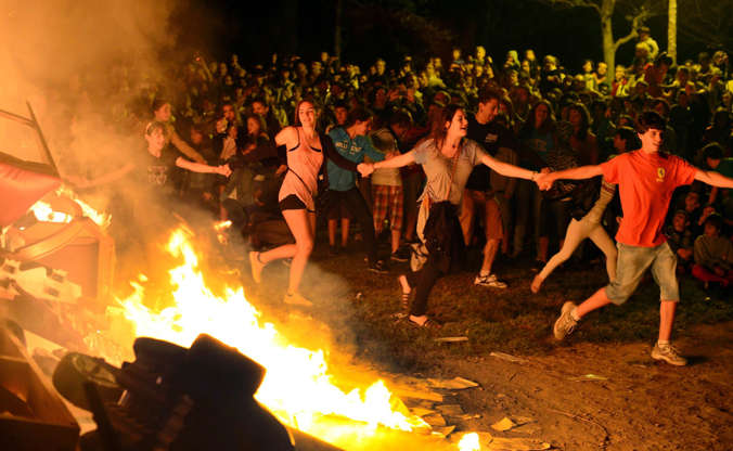 Διαφάνεια 6 από 12: People attend a party held during the night of the San Juan bonfire on the beach of Playa de Poniente in Gijon June 23, 2014.