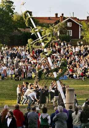 Διαφάνεια 5 από 12: The maypole is raised during Midsummer celebrations in the Swedish town of Leksand, 250 kms (150 miles) northwest of Stockholm, June 23, 2006. The annual event in Leksand is the largest midsummer festival in Sweden.