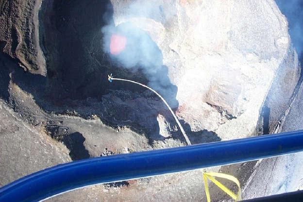 Διαφάνεια 10 από 24: Bungee jumping into a Chilean volcano