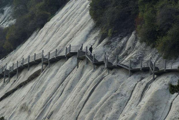 Διαφάνεια 9 από 24: Dangerous hiking along the edges of Mount Huashan