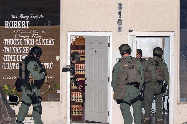 """Διαφάνεια 2 από 21: An Orange County Sheriff's Department SWAT team raids a law office in Westminster, Calif., on Thursday, Jan. 28, 2016, as they search for three inmates who escaped from the county's Central Men's Jail in Santa Ana. A SWAT team also raided a location in neighboring Garden Grove Thursday night, not far from the bustling commercial strip known as """"Little Saigon."""" (AP Photo/Kevin Warn)"""