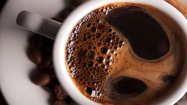 Diapositiva 7 de 30: Research into coffee and cancer has had varying results. A 2015 study by Sweden's Lund University showed that women who drank more than two cups of coffee a day had smaller breast tumors, and halved their risk of cancer returning if treated with tamoxifen. However, other reports indicate that coffee affects people – and their particular cancer – differently. Coffee consumption, weight and age play a part.