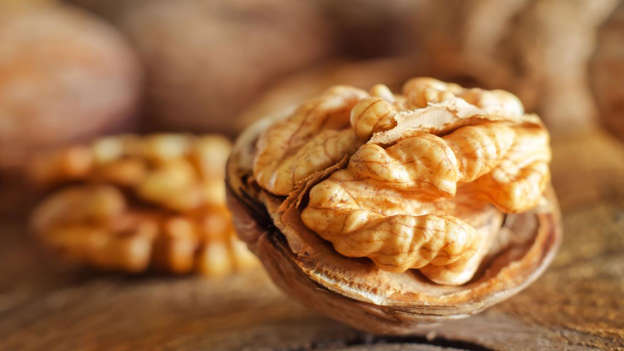 Diapositiva 29 de 30: An American study conducted on mice at the Marshall University School of Medicine in West Virginia found that eating walnuts impedes the growth of breast cancer. It's thought that the anti-inflammatory properties of the omega-3 fats found in walnuts are responsible for slowing cancerous tumors.