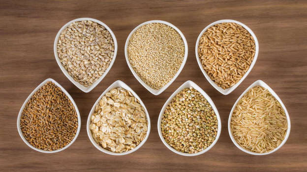Diapositiva 30 de 30: According to the American Institute of Cancer Research, whole grains such as barley, brown rice, corn, oats, and wholemeal bread contain a number of cancer-busting elements. These include: fiber, which protects the body against colorectal cancer; protease inhibitors that may prevent cancer cells spreading; and saponins and phytic acid – both of which are increasingly thought to have anti-cancer properties.