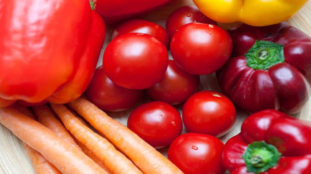 Diapositiva 5 de 30: Carotenoids are naturally occurring pigments that give fruit and vegetables their color. Good sources include carrots, sweet potatoes, dark leafy greens, tomatoes, mangoes, apricots and plums. All carotenoids are antioxidants, which protect cells against harm. Studies show that people with higher levels of carotenoids in their blood have a reduced risk of breast cancer. They may also help prevent skin and prostate cancer, as well as cancers of the mouth and larynx.