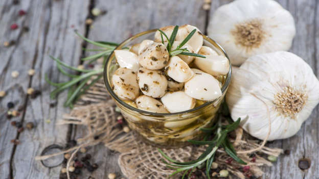 Diapositiva 12 de 30: Garlic is a powerful anti-cancer food. Population studies have shown an association between garlic intake and a reduced risk of certain cancers, especially those that affect the digestive system, such as the stomach and colon, and the breasts. Garlic can block cancer-causing substances, may stop cancer cells multiplying, and aid DNA repair. [AUTH0R=Shutterstock]