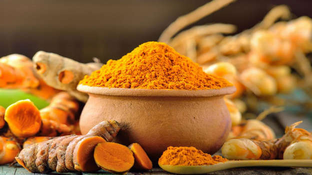 Diapositiva 28 de 30: A vivid orange spice commonly used in Indian cuisine, turmeric is related to ginger and is renowned for its anti-inflammatory properties. It contains a polyphenol called curcumin that works to destroy cancerous cells and may block a protein called NF-kappaB that is linked to gastrointestinal cancer. It may also trigger apoptosis (specific cell death).