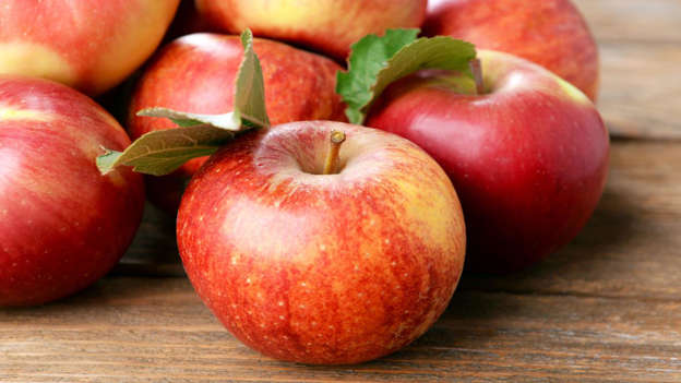 Diapositiva 2 de 30: One apple a day really can keep the doctor away. According to the Prevent Cancer website, eating antioxidant-rich apples on a daily basis has been associated with a lower risk of lung and colon cancers, while the phytochemicals in apples (including quercetin) have been shown to quash cancerous breast tumors.