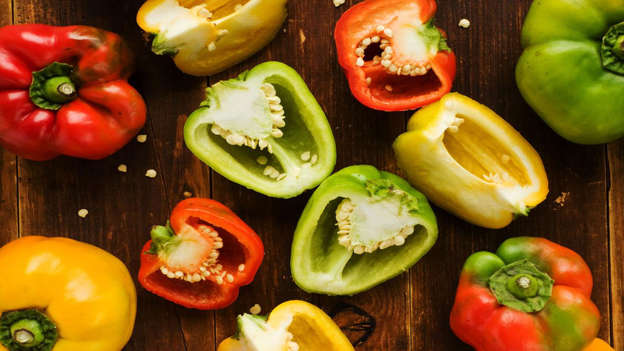 Diapositiva 20 de 30: Bell peppers score highly on the flavonoids and carotenoids rich list (known to protect against cancer). The antioxidant lycopene, which is found in tomatoes and is thought to prevent prostate cancer, is also present in red peppers.
