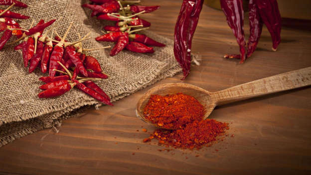 Diapositiva 6 de 30: Cayenne and other hot peppers contain an active compound called capsaicin, which gives these spices heat. Capsaicin is potently anti-carcinogenic; it encourages apoptosis of cancer cells, causing them to 'commit suicide'. Various studies on capsaicin have shown it could be effective in battling bowel, colorectal, and prostate cancer.
