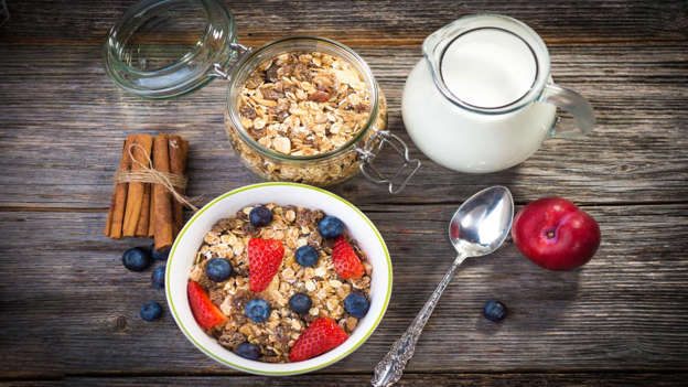 Diapositiva 10 de 30: Eating at least 25g of fiber daily – found in beans, bran, wholewheat bread and cereal, prunes and other fruit, and vegetables – may help prevent cancer, especially colorectal cancer as it helps move carcinogens through the intestines faster. Bran fiber can lower estrogen levels in the blood in pre-menopausal females, and lower estrogen may reduce some women's breast cancer risk.