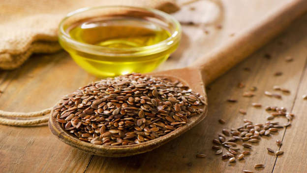 Diapositiva 11 de 30: Use flaxseed oil to cook with, drizzle onto salads, or sprinkle flaxseeds on cereal. They contain compounds called lignans, which slow cancer growth.