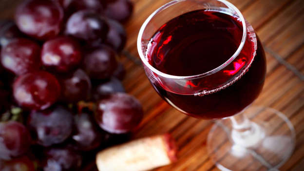 Diapositiva 23 de 30: Although high alcohol consumption is linked to cancer, a moderate amount of red wine (two to three glasses a week) is thought to have positive effects because of its high quantity of antioxidant polyphenols, especially resveratrol, which is soluble in alcohol. Drinking red wine in moderation has also been linked to a lower rate of prostate cancer.
